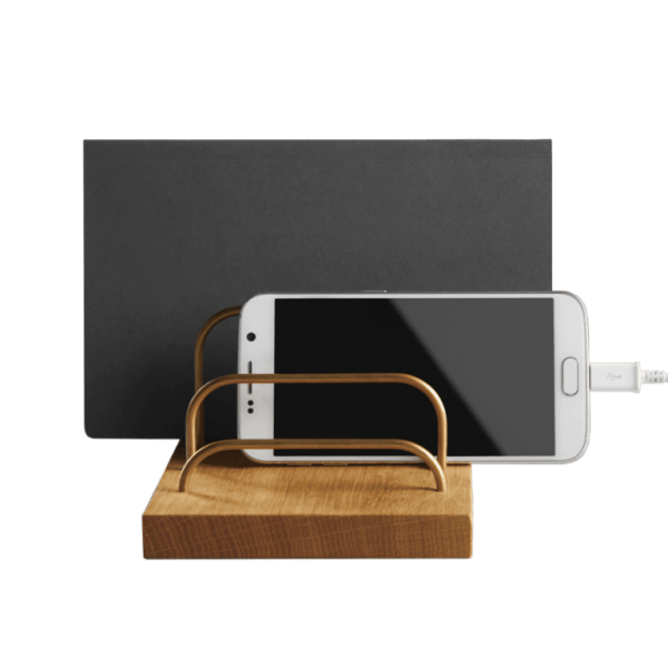 Brass-dock-ipad-og-telefonholder-eg-dot-aarhus-PNG-768x768