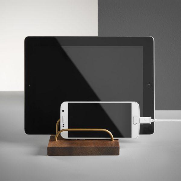 Brass-dock-ipad-og-telefonholder-valnød-dot-aarhus-1.jpg