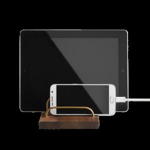Brass-dock-ipad-og-telefonholder-valnoed-dot-aarhus-PNG
