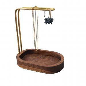 hang-on-walnut-brass-dot-aarhus