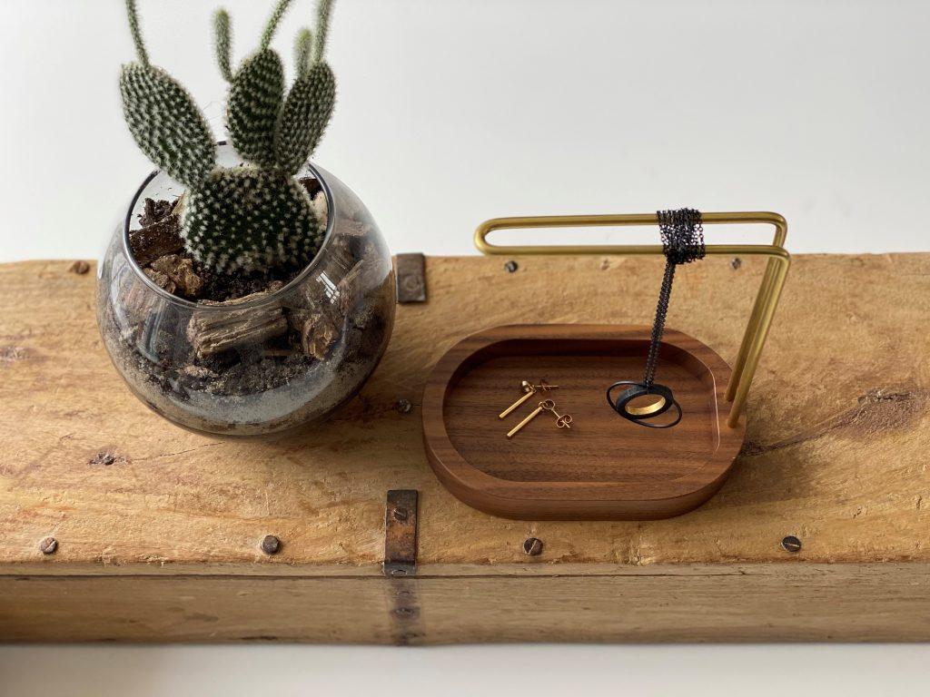 Hang-on - walnut - brass - dot aarhus - butiksvinduer