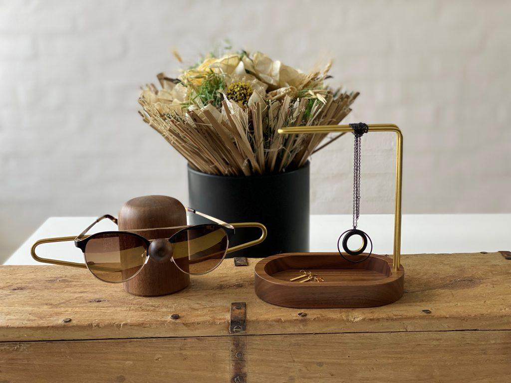 Nosey - Hang-on - brass - walnut - vinduesudstilling